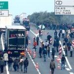 Polski kierowca tira filmuje atak imigrantów na ciężarówki [VIDEO]