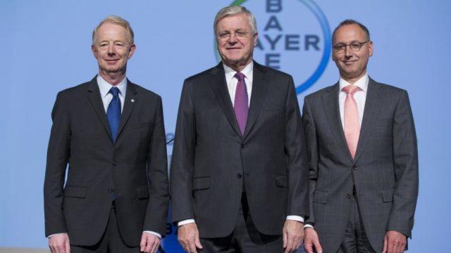 Marijn Dekkers, były dyrektor zarządzający Bayer AG (po lewej), Werner Wenning, prezes Bayer AG (środek), Werner Baumann, obecny dyrektor zarządzający Bayer AG. (29.04.2016, Kolonia, Niemcy)