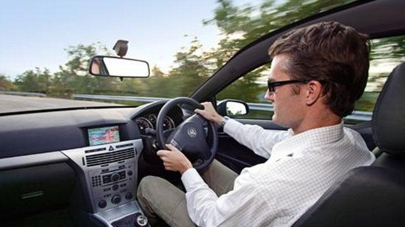 Od soboty będzie można rejestrować auta z kierownicą po prawej stronie. Konieczne będzie dostosowanie innych elementów pojazdu