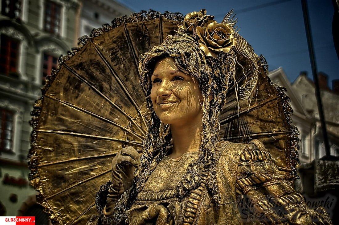 Jedna z aktorek ulicznych na rynku lwowskim. Sposób na życie i na zarabianie na życie.