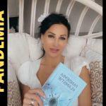 Justyna Steczkowska włącza się do walki z reżimem promując ocenzurowaną książkę.