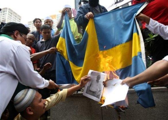 Muzułmanie spalili flagę szwedzką na znak protestu przeciwko rysunkom szwedzkiego artysty Larsa Vilksa przedstawiającego na swoich pracach Mahometa jako psa.