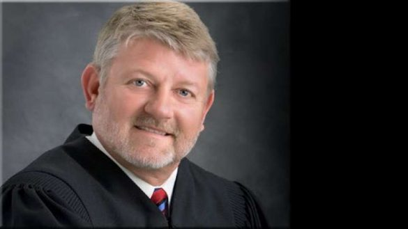 Sędzia Michael McHaney w USA rozjeżdża Coronavirusa