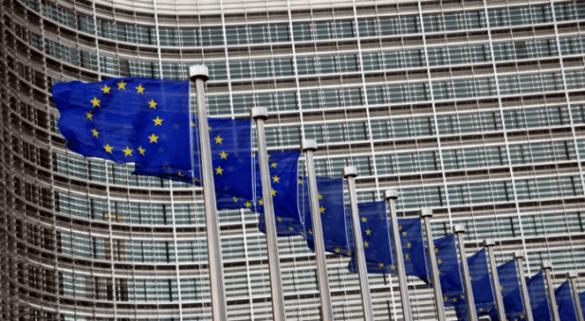 """Komisja Europejska zapowiedziała, że kraje, które nie przyjęły do siebie uchodźców spotkają się z gigantycznymi karami finansowymi. Politycy państw UE przez kilka miesięcy nie wymyślili rozwiązania tej kłopotliwej sytuacji. Najnowszym pomysłem jest karanie wysokimi kwotami finansowymi państw, które odmówiły przyjęcia do siebie przybyszy z Bliskiego Wschodu i Afryki Północnej. 250 tysięcy euro kary za jedną osobę W planach Komisji Europejskiej to właśnie taka """"nauczka"""" ma czekać na każdy kraj Wspólnoty, który nie zgodzi się na przyjęcie uchodźców."""