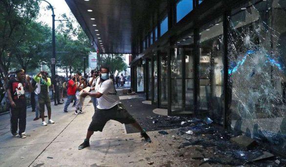 wściekły tłum szturmuje siedzibę CNN po zabójstwie George'a Floyda