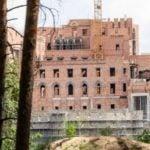 Kontrola kontrowersyjnej budowy zamku w Puszczy Noteckiej. Wiemy kto jest inwestorem